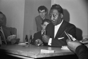 Roger Eagle (middle) watching Muddy Waters playing cards